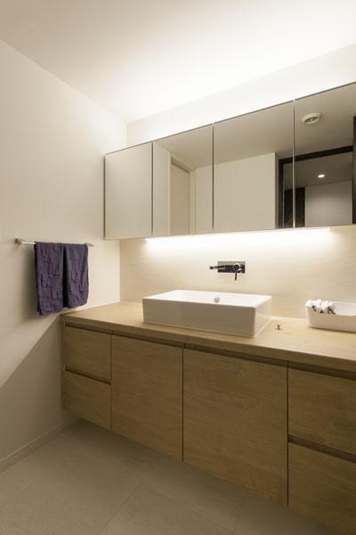 家族団欒と子どもの成長が楽しみな住まいの写真 シンプルな洗面台