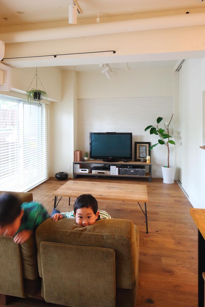 集い、笑い、憩う。ここが我が家のベースキャンプ (TRUCK FURNITUREの家具と緑に囲まれたリビング)