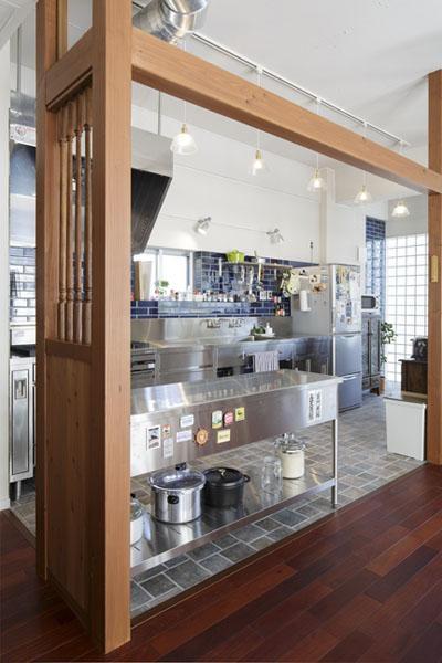 存在感のある業務用のステンレスキッチン (こだわりの素材使いで、時間とともに味わいが増す家)