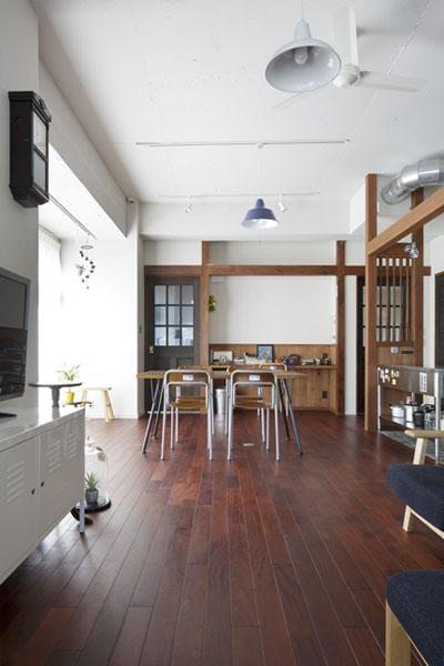 こだわりの素材使いで、時間とともに味わいが増す家 (3m程もある天井高が印象的なリビング)