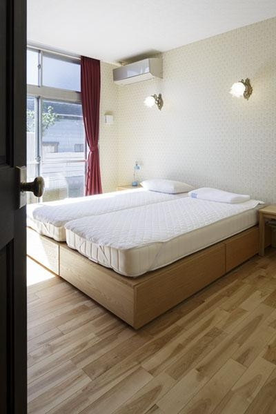 明るい寝室 (こだわりの素材使いで、時間とともに味わいが増す家)