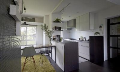 理想の住環境でこだわりの大人空間に住まう (キッチンとバックカウンター)