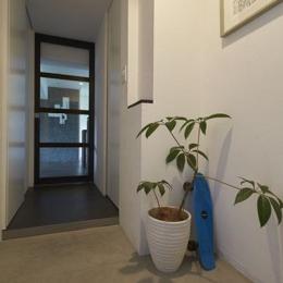 理想の住環境でこだわりの大人空間に住まう (廊下)