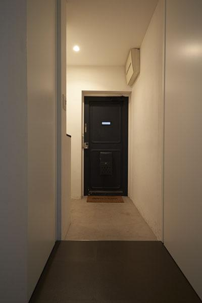 理想の住環境でこだわりの大人空間に住まう (三和土を広々と取った玄関)
