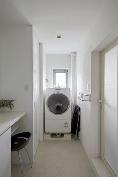 理想の住環境でこだわりの大人空間に住まう (ドラム式の洗濯機置き場)