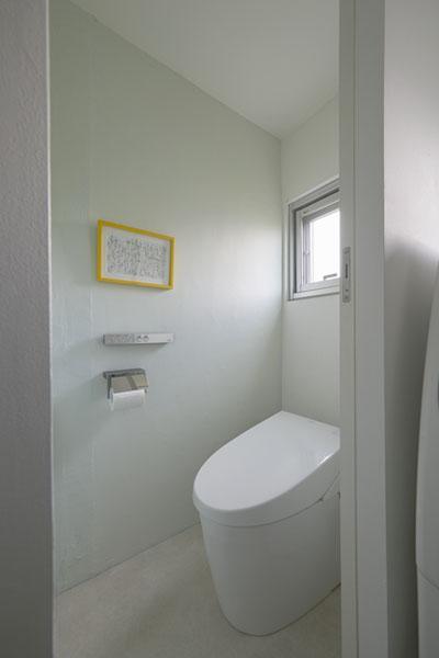 理想の住環境でこだわりの大人空間に住まう (シンプルなトイレ)