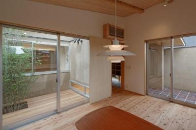 當麻寺参道の家 (ウッドデッキテラスと一体感のあるリビング)