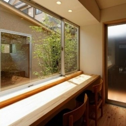 光が差し込むスタディーコーナー (當麻寺参道の家)