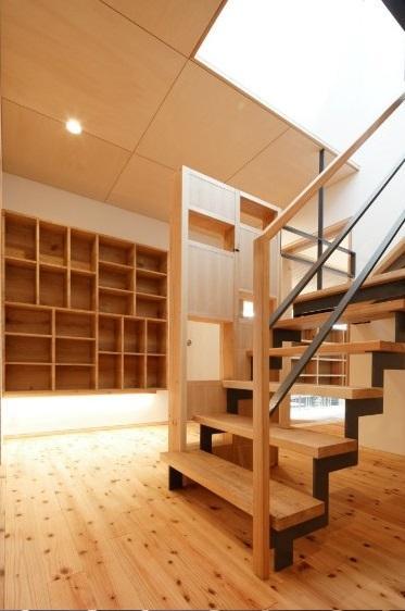 當麻寺参道の家 (オープン型階段と壁収納)