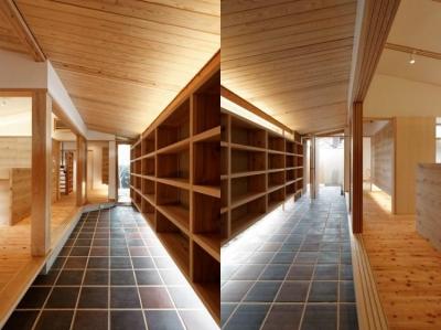 広々とした玄関土間と壁収納 (當麻寺参道の家)