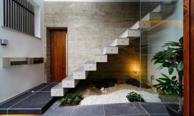 VERTICAL HOUSE (縦格子の家) (コンクリート片持ち階段)