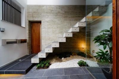 コンクリート片持ち階段 (VERTICAL HOUSE (縦格子の家))