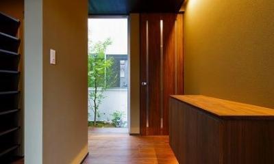 和モダンな玄関|VERTICAL HOUSE (縦格子の家)