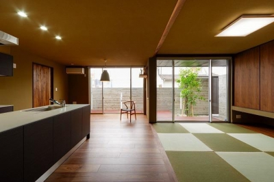 和モダンなリビングダイニング (VERTICAL HOUSE (縦格子の家))