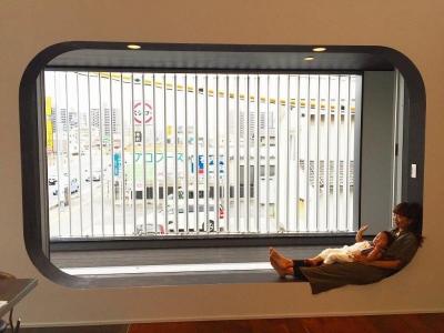 2階リビングに連続する眺めのいい和モダンな縁側 (VERTICAL HOUSE (縦格子の家))