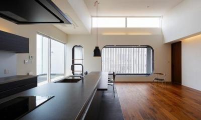 開放感あるリビングダイニングキッチン|VERTICAL HOUSE (縦格子の家)