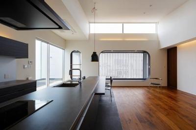 開放感あるリビングダイニングキッチン (VERTICAL HOUSE (縦格子の家))