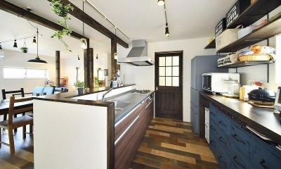 シンプルな色味のインテリアが映える、ラフな雰囲気の男前デザイン (キッチン)