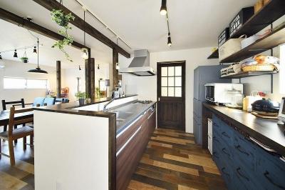 キッチン (シンプルな色味のインテリアが映える、ラフな雰囲気の男前デザイン)