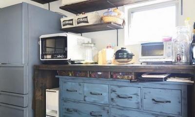 シンプルな色味のインテリアが映える、ラフな雰囲気の男前デザイン (キッチン収納)