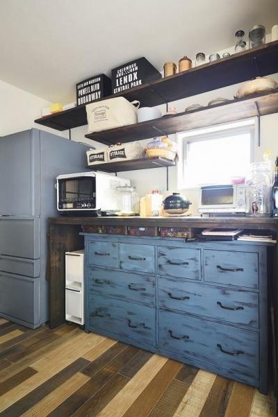 キッチン収納 (シンプルな色味のインテリアが映える、ラフな雰囲気の男前デザイン)