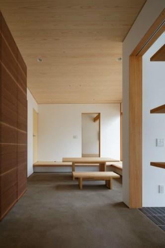 大野台の家 (広がりのある玄関土間)
