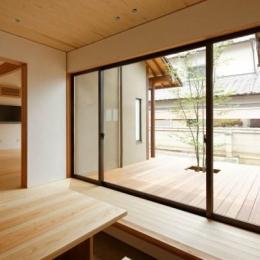 玄関土間と一体感のあるウッドデッキテラス