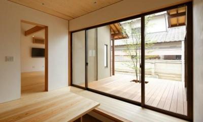 玄関土間と一体感のあるウッドデッキテラス|大野台の家
