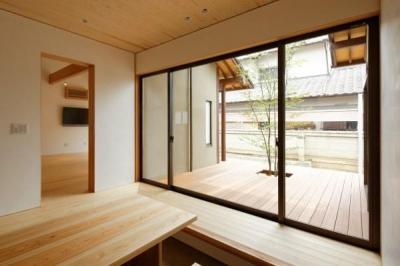 玄関土間と一体感のあるウッドデッキテラス (大野台の家)