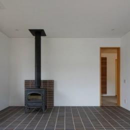 大野台の家 (床が窯変レンガタイル張で薪ストーブのある空間)
