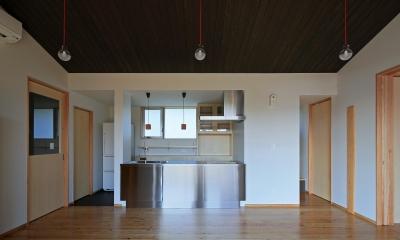 平塚町の家~20坪の豊かな暮らし~ (リビングよりキッチンを見る)