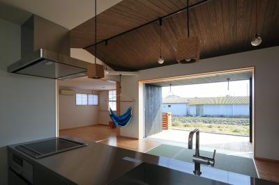 平塚町の家~20坪の豊かな暮らし~ (キッチンよりリビング・寝室を見る)