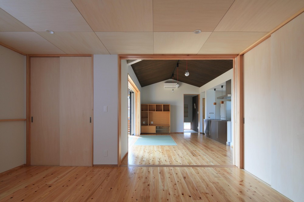 平塚町の家~20坪の豊かな暮らし~ (寝室よりリビングを見る)