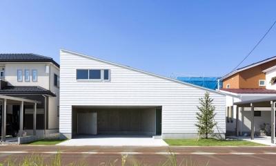 片流れ屋根が印象的な白い外観|カタチのヒミツ