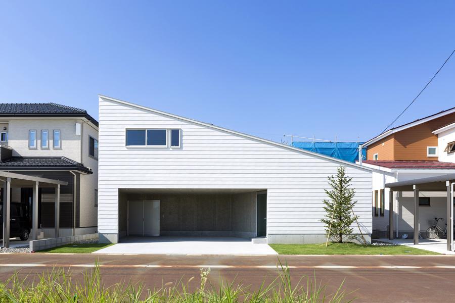 カタチのヒミツの写真 片流れ屋根が印象的な白い外観