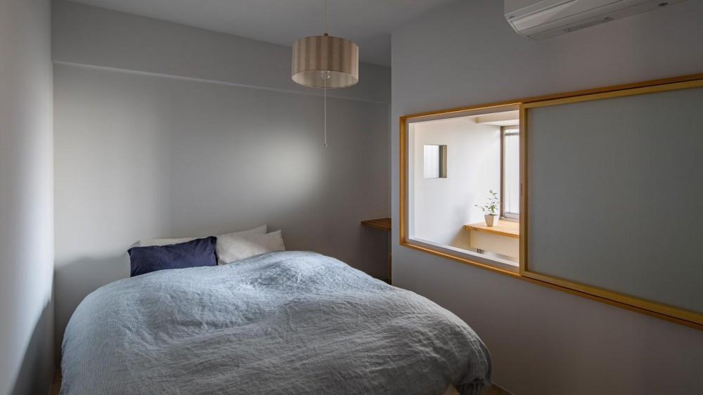 閑かな家 (縁取った開口部から入るやさしい光が満ちる閑かな佇まい。)