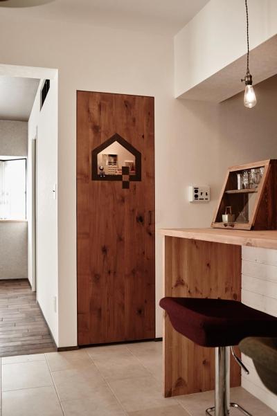 オリジナルドア&カウンター (パリのアパルトマン風リノベ)