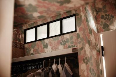 アンティークガラス小窓とかわいい壁紙 (パリのアパルトマン風リノベ)