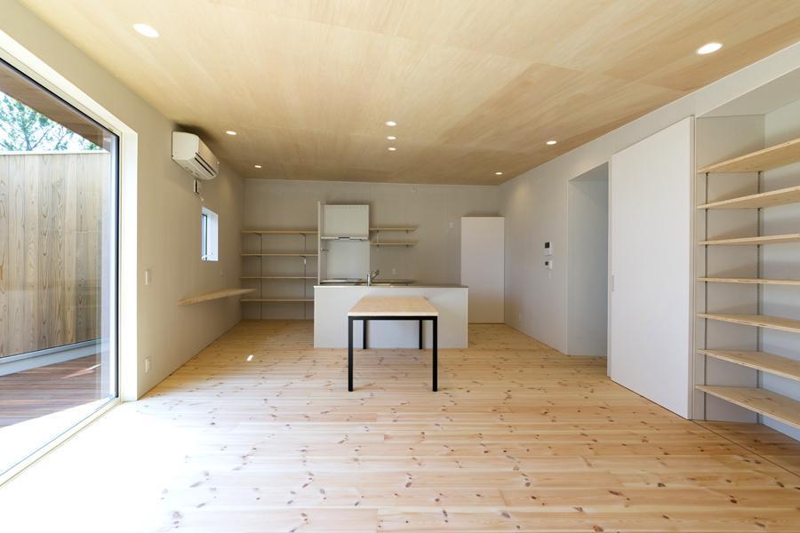 ヒシノイエの写真 アイランドキッチンのある木を感じる空間