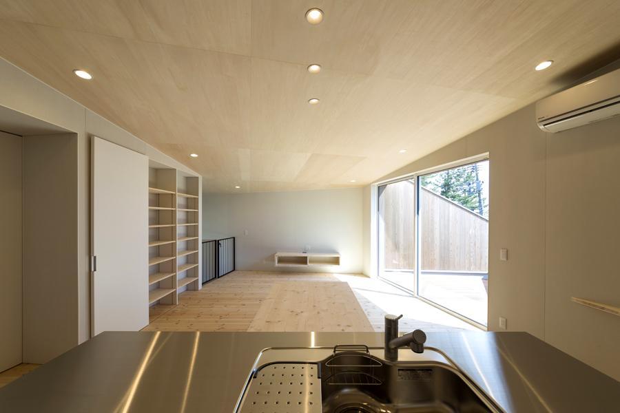 ヒシノイエの写真 キッチンからリビングを眺める