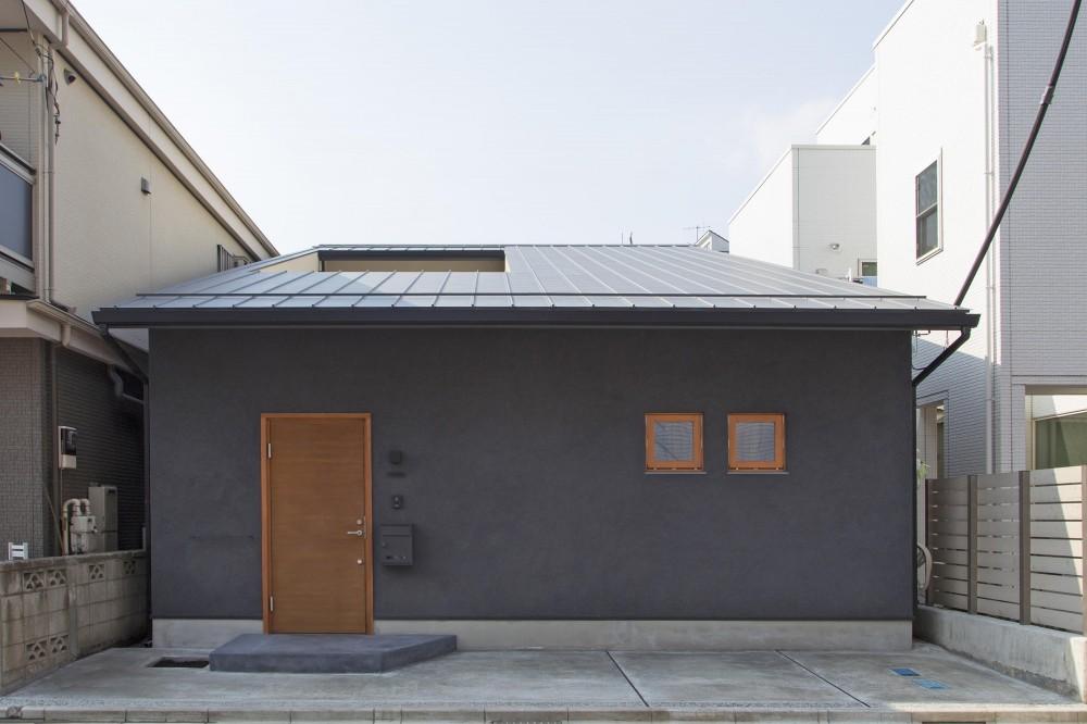 ワラを混ぜた墨色の和風壁 (今戸コートハウス)