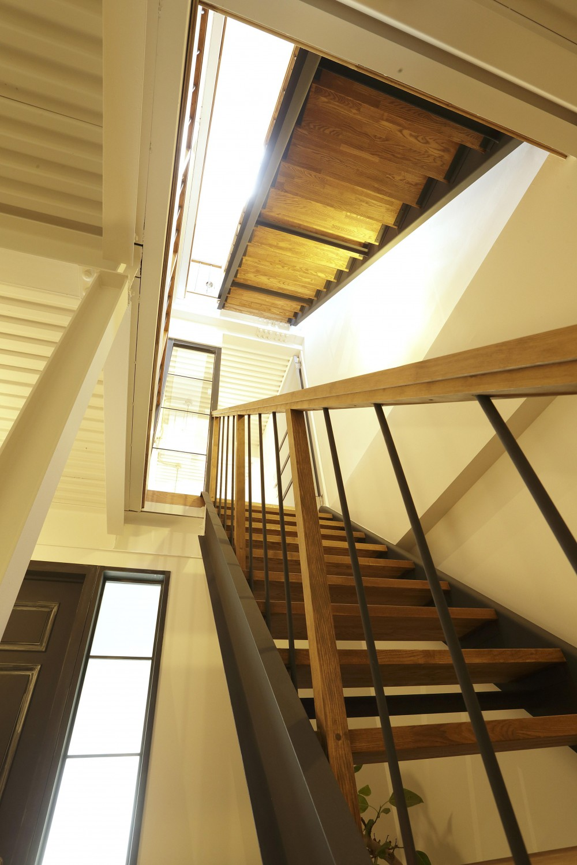 暮らし方自由自在 「KNY 2-11」 (光差し込むスケルトン階段)