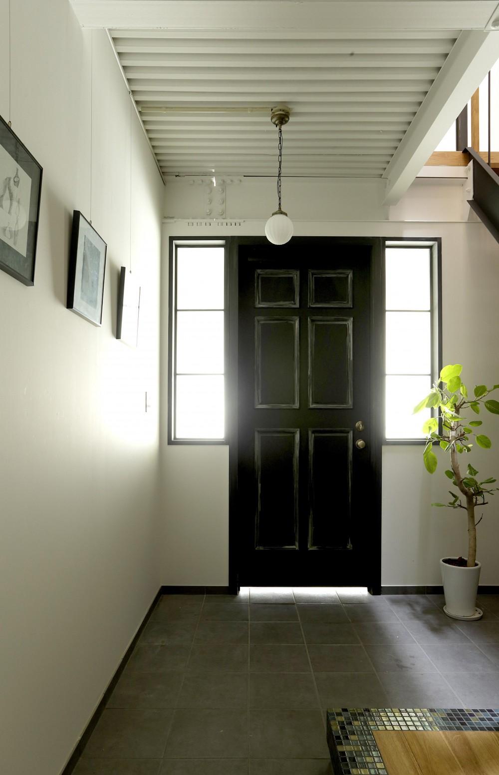 暮らし方自由自在 「KNY 2-11」 (エイジング加工を施した玄関ドア。)