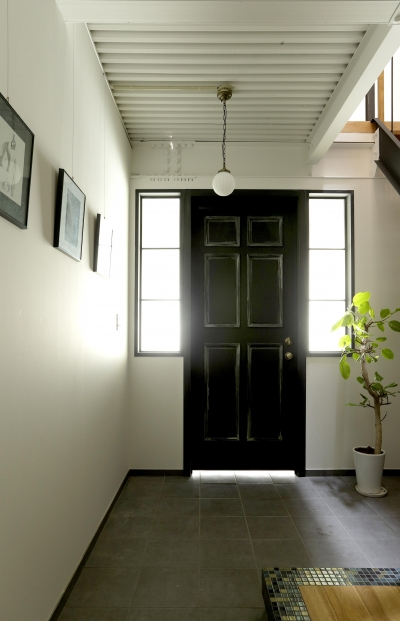 エイジング加工を施した玄関ドア。 (暮らし方自由自在 「KNY 2-11」)
