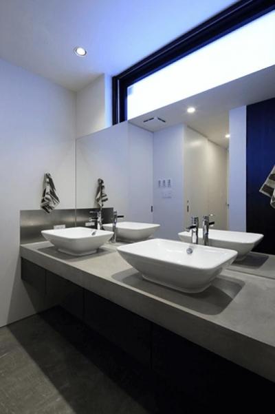 ダブルボウルのある洗面室 (Yレジデンス)