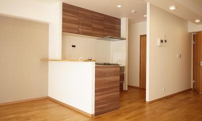 隠れた可動収納棚がたくさんある家 (キッチン)