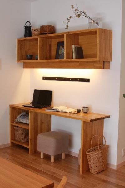 デスクと収納を兼ねた作り付けの作業スペース (和モダンテイストの家「Lilium」)
