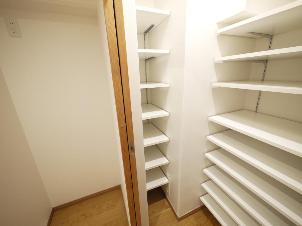 隠れた可動収納棚がたくさんある家 (パントリー兼納戸)