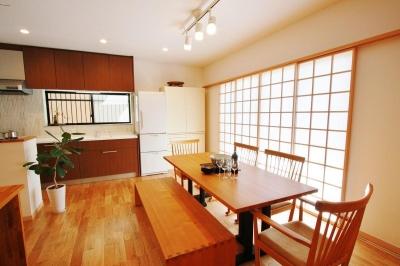 和モダンテイストの家「Lilium」 (多人数で食事ができるダイニング)
