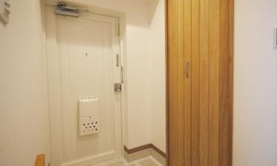 隠れた可動収納棚がたくさんある家 (玄関)